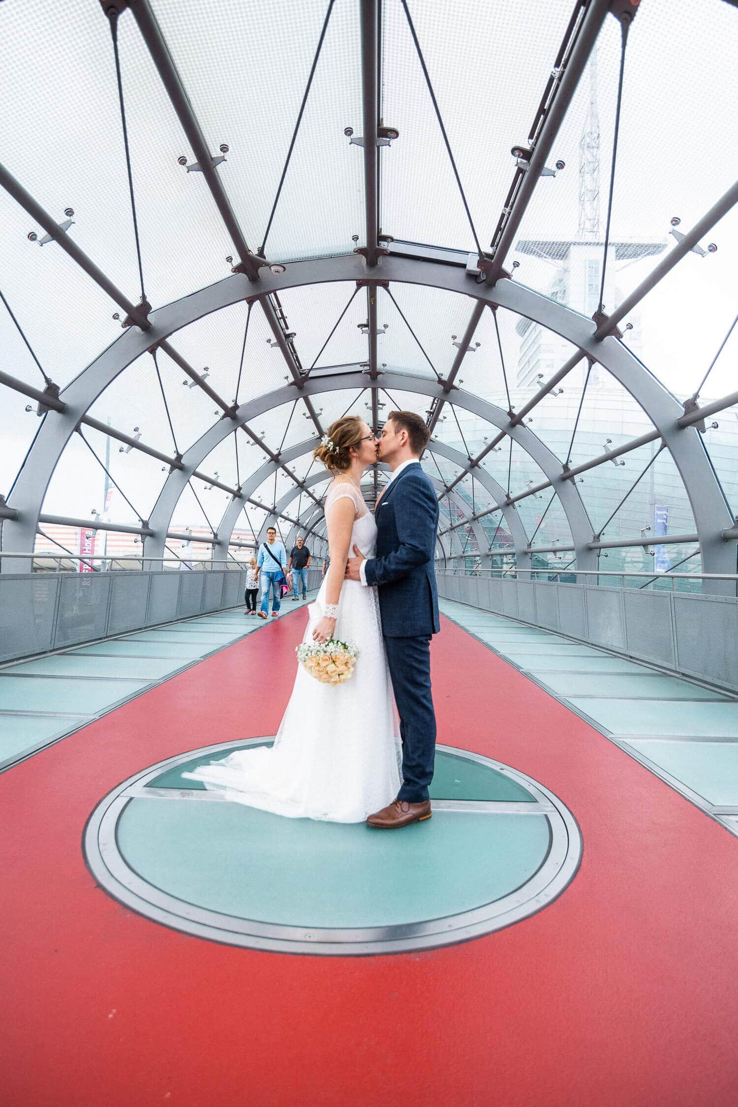 Portraits mit dem Brautpaar im Glastunnel in Bremerhaven