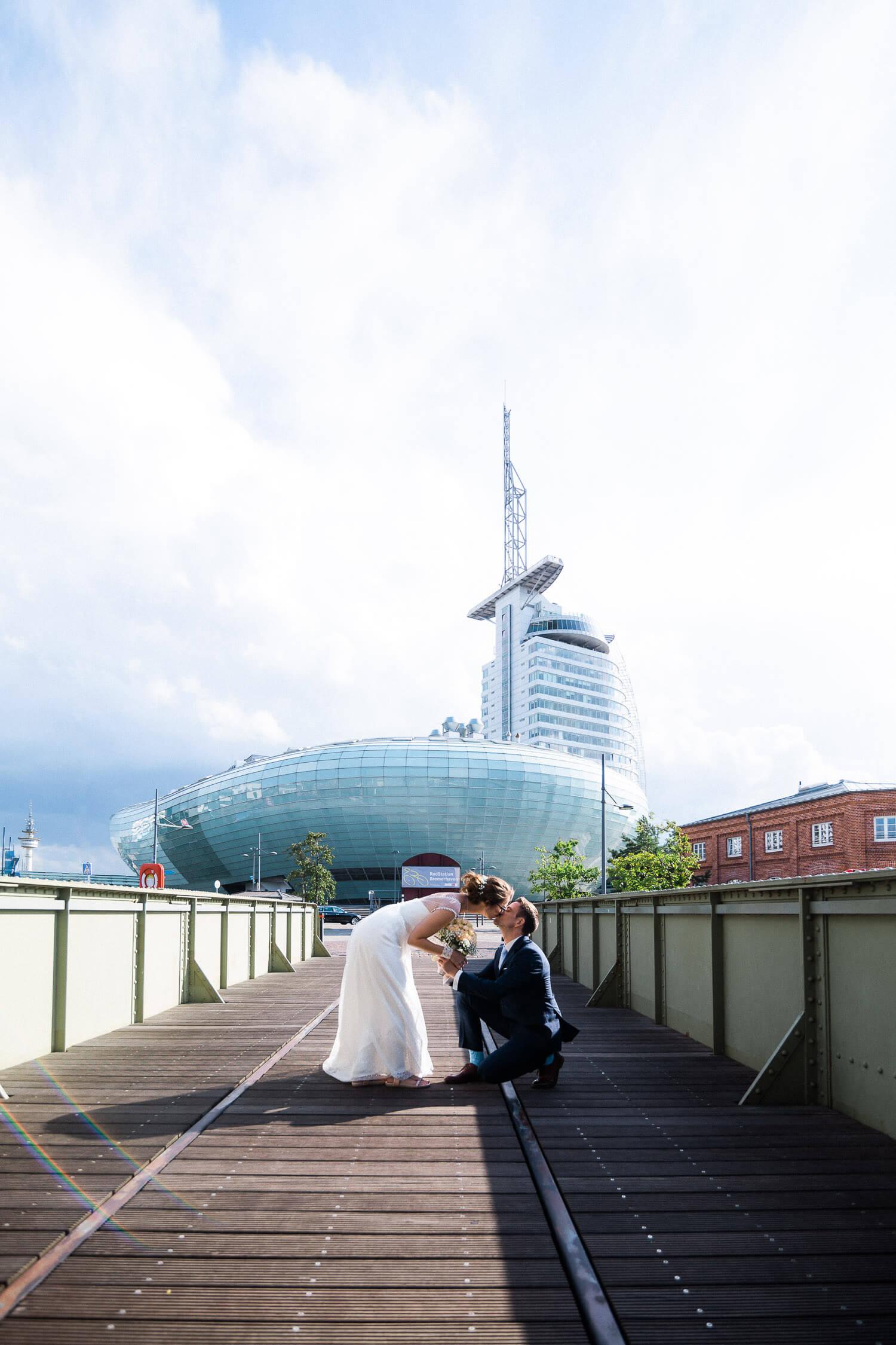 Brautpaar vor dem Klimahaus und dem Sailcity Hotel