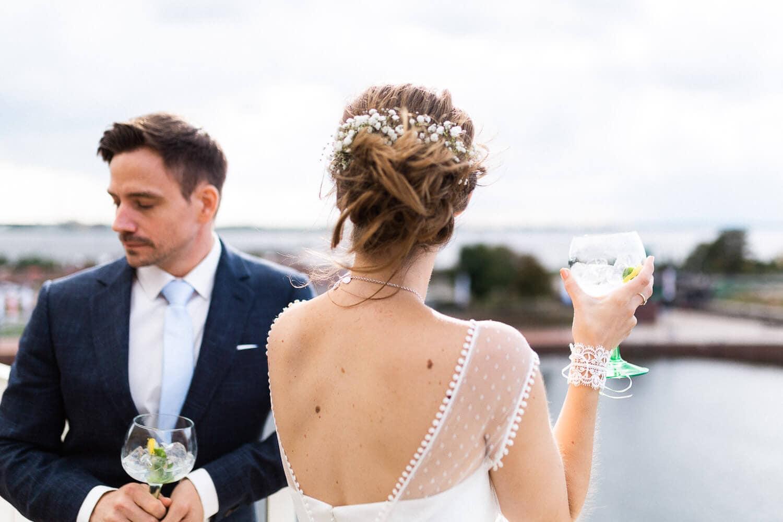 Brautpaar mit Cocktail (Gin Tonic) auf dem Dach des Liberty Hotels in Bremerhaven